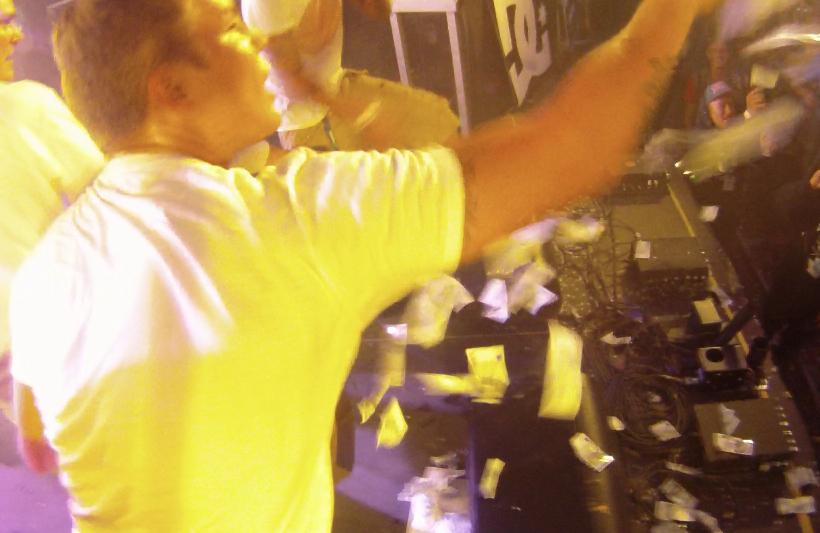 Cheek heitti seteleitä yleisöön Blockfesteillä 2011, Kuva: Stara
