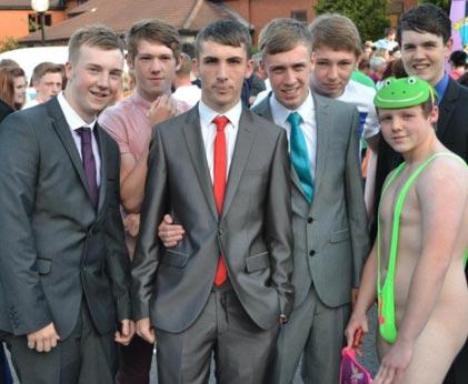 Teinipoika koulun päättäjäisiin irstaassa Borat-asussa – katso kuva – Stara