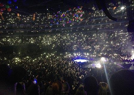 Miley Cyrusin konsertin kännykkämeri Lontoon O2 Arenalla. Kuva: Stara