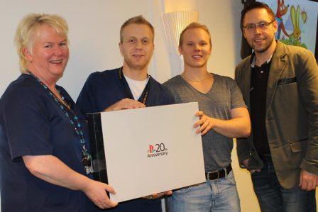 Riku Puhakka lahjoitti kilpailuvoittonsa lastenosastolle. Vastaanottamassa Sirpa Palmberg ja Janne Räsänen.