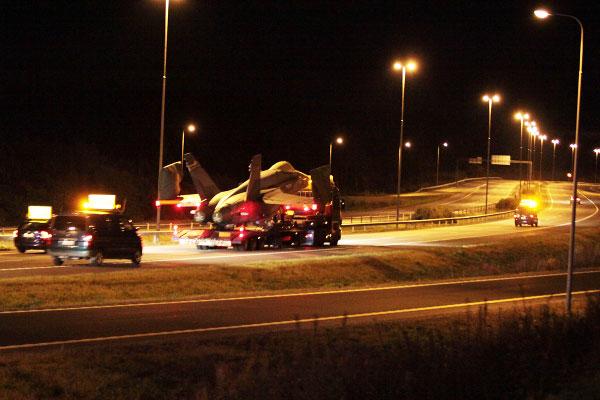 F18 Hornet moottoritiellä Pirkkalassa, Kuva: Suvi Ahtola