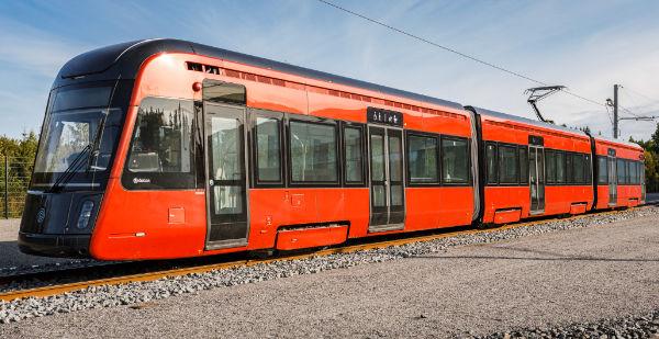 Tampereelle ensimmäinen valmis ratikkavaunu esiteltiin  tältä se...